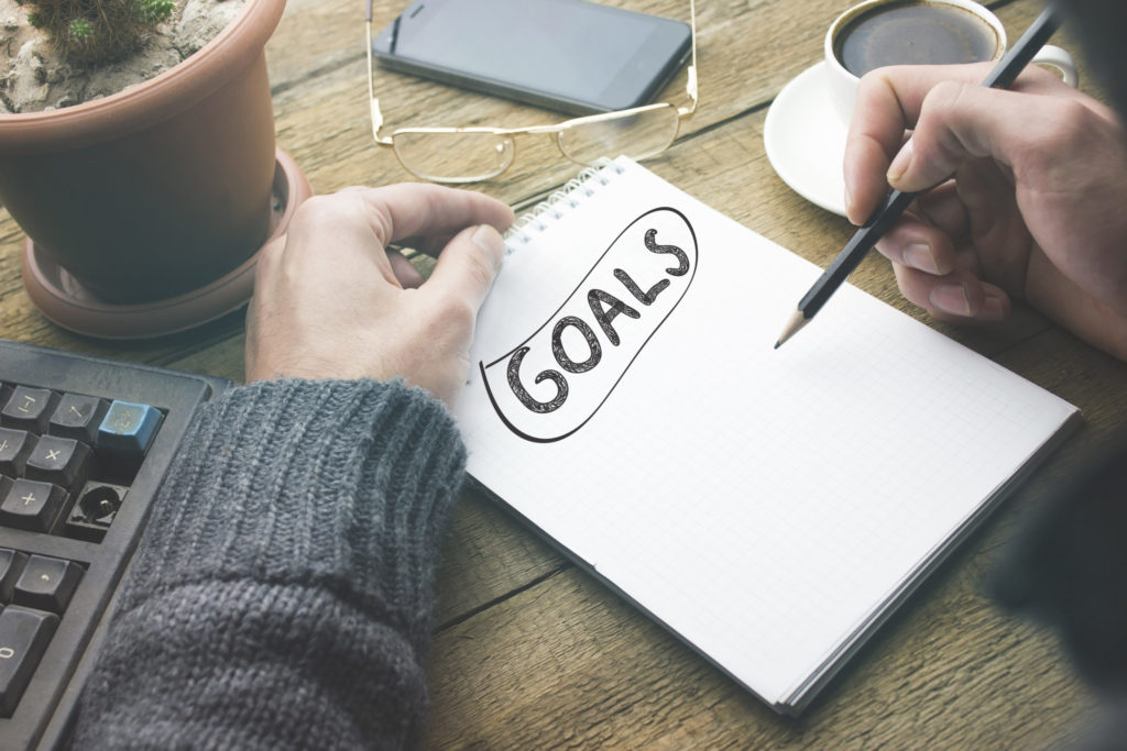 Ziele für Webdesign auf Blatt Papier schreiben